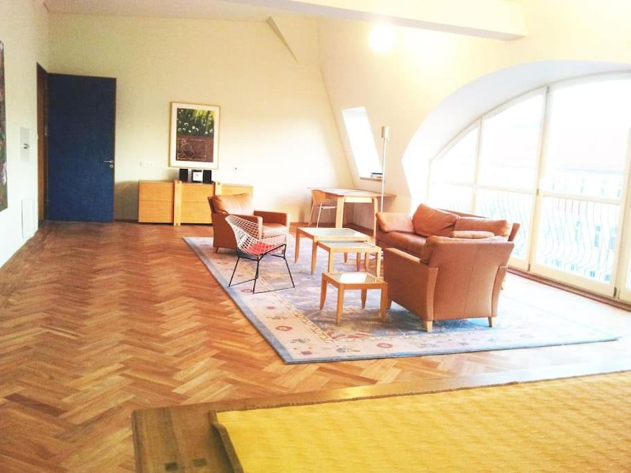 A seating area at Sehr große legale Dachwohnung