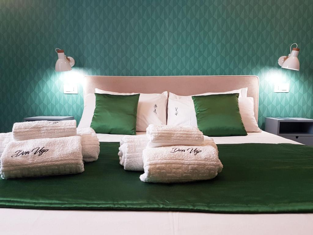 A bed or beds in a room at Don Ugo Luxury Rooms