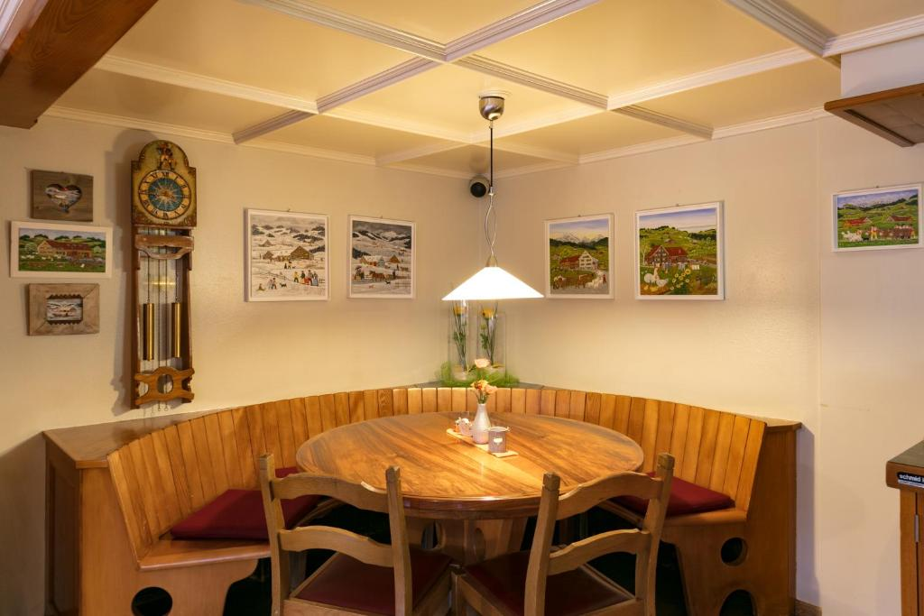 A restaurant or other place to eat at Landgasthaus Neues Bild