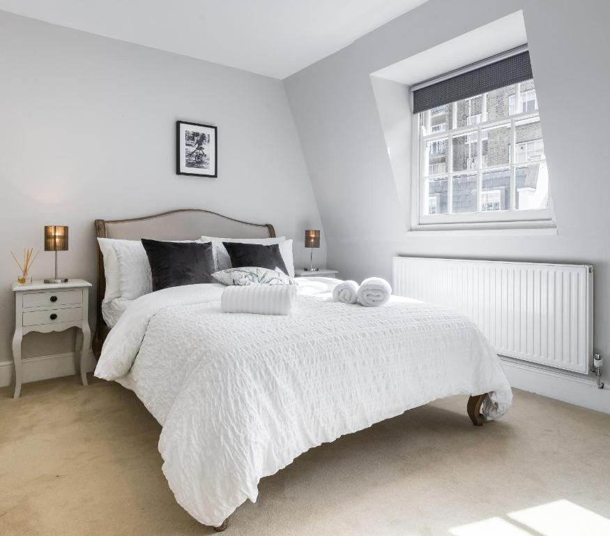 A bed or beds in a room at Luxury Apartments near Sloane Square