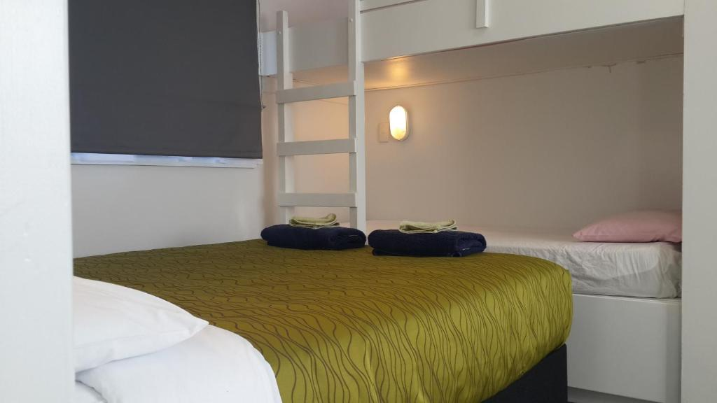 A bed or beds in a room at Cosy Cottage Thermal Holiday Park