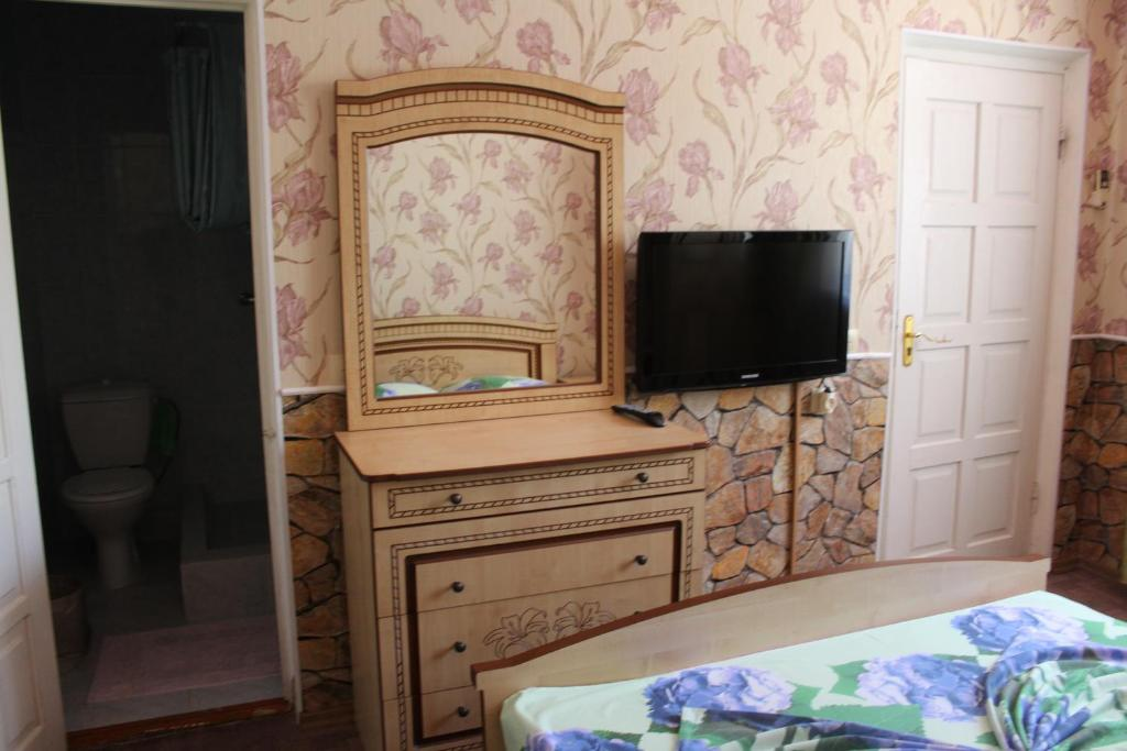 A television and/or entertainment center at Leoregul Guest House