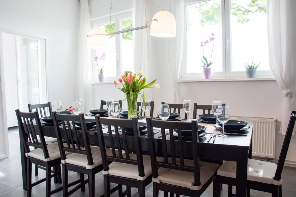 A restaurant or other place to eat at Bed'n'Work Apartment Prenzlauer Berg