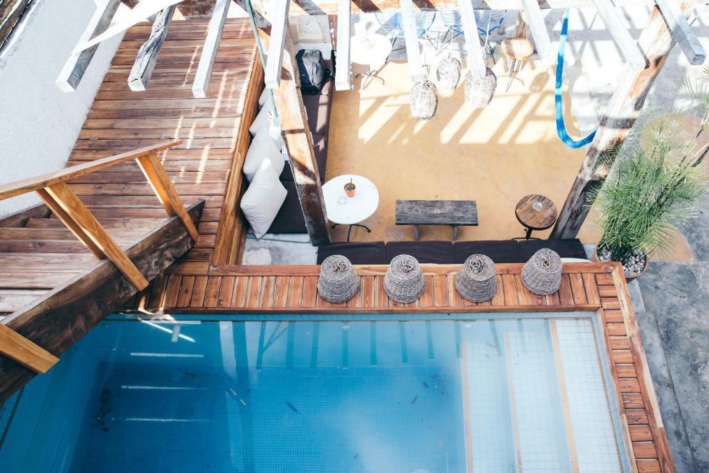 Vue sur la piscine de l'établissement Teetotum hotel ou sur une piscine à proximité