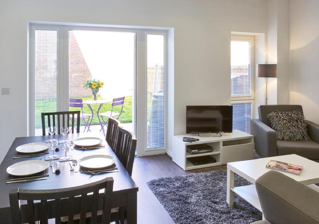 Town House In Campbell Park - Shortstay Mk in Milton Keynes, Buckinghamshire, England