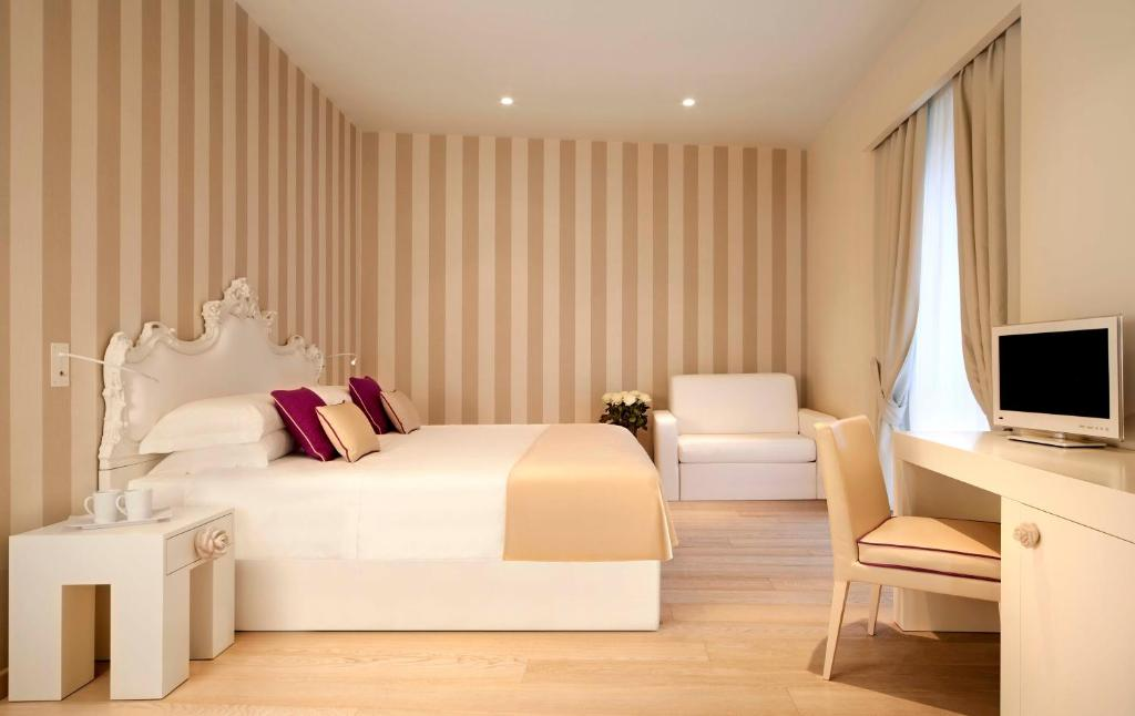 A bed or beds in a room at Rooms Milano Duomo