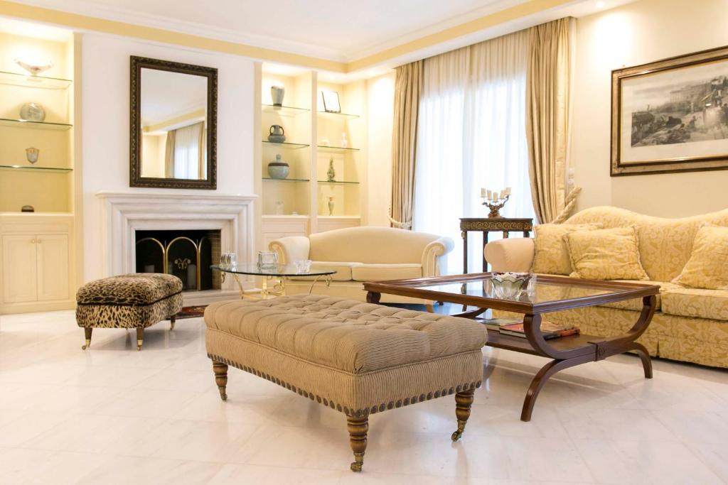 A seating area at Classic Lux Apt, Athens Riviera