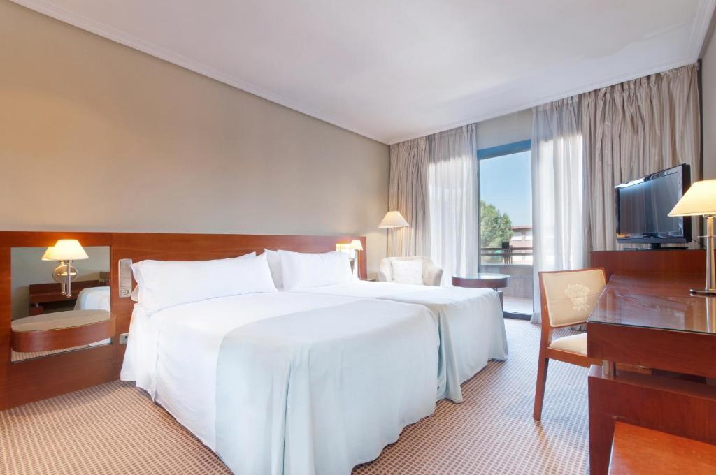 Ein Bett oder Betten in einem Zimmer der Unterkunft Tryp Madrid Alameda Aeropuerto Hotel