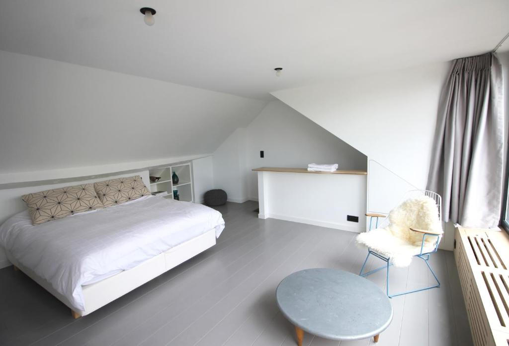 A bed or beds in a room at Canopée guesthouse