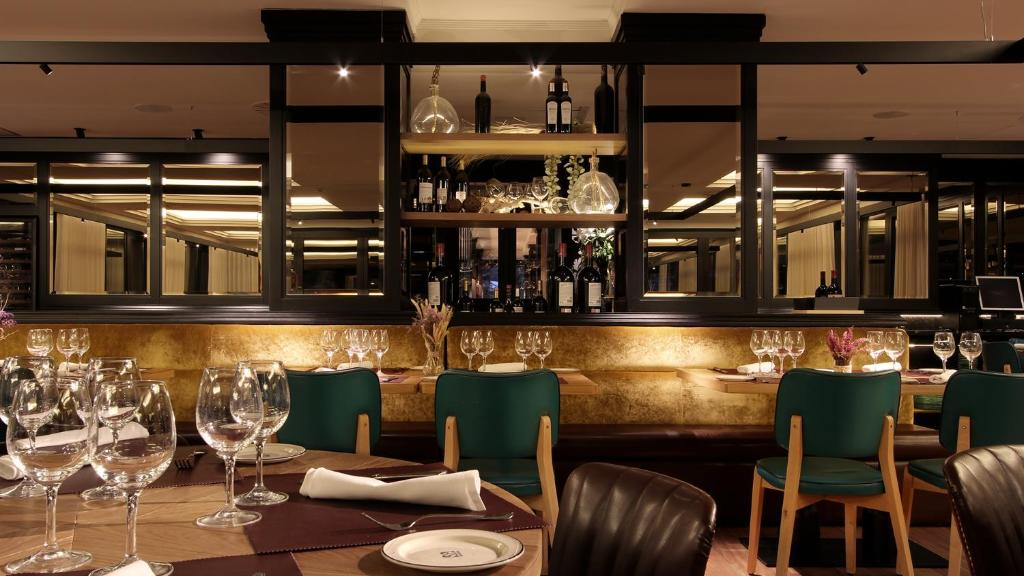 A restaurant or other place to eat at Hotel Aretxarte