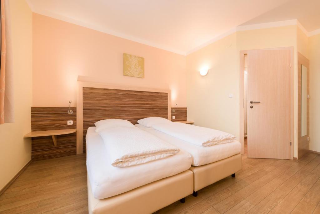 A bed or beds in a room at Hotel Radlinger