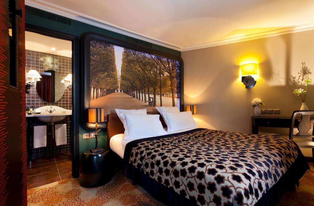 A bed or beds in a room at Hotel Fontaines du Luxembourg