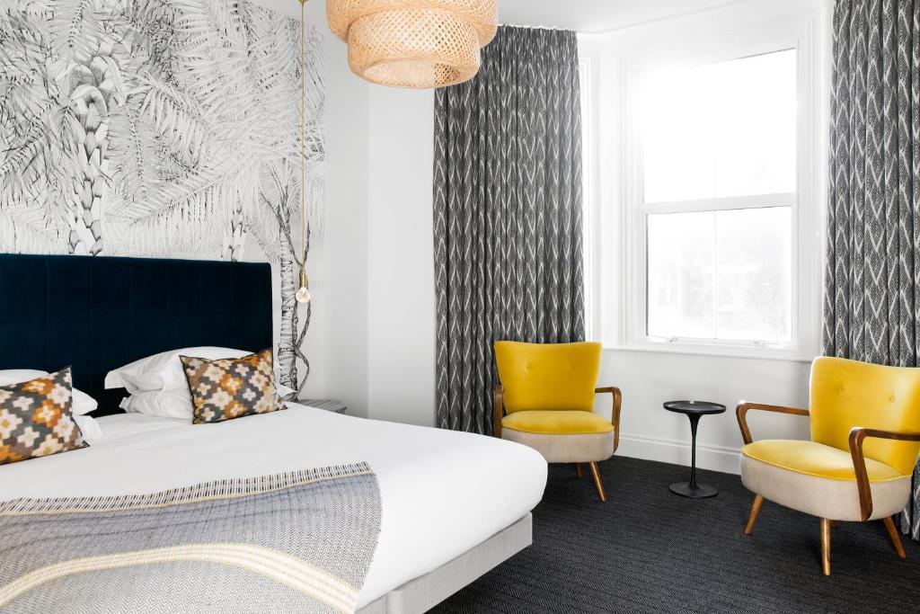 Ein Bett oder Betten in einem Zimmer der Unterkunft The Lodge Hotel - Putney