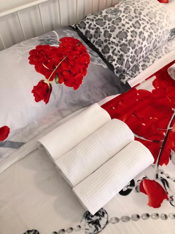 سرير أو أسرّة في غرفة في Sassi di Matera bed&breakfast