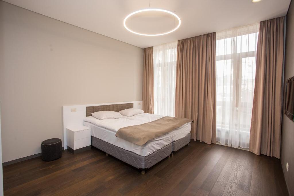 سرير أو أسرّة في غرفة في North Avenue Modern Apartments