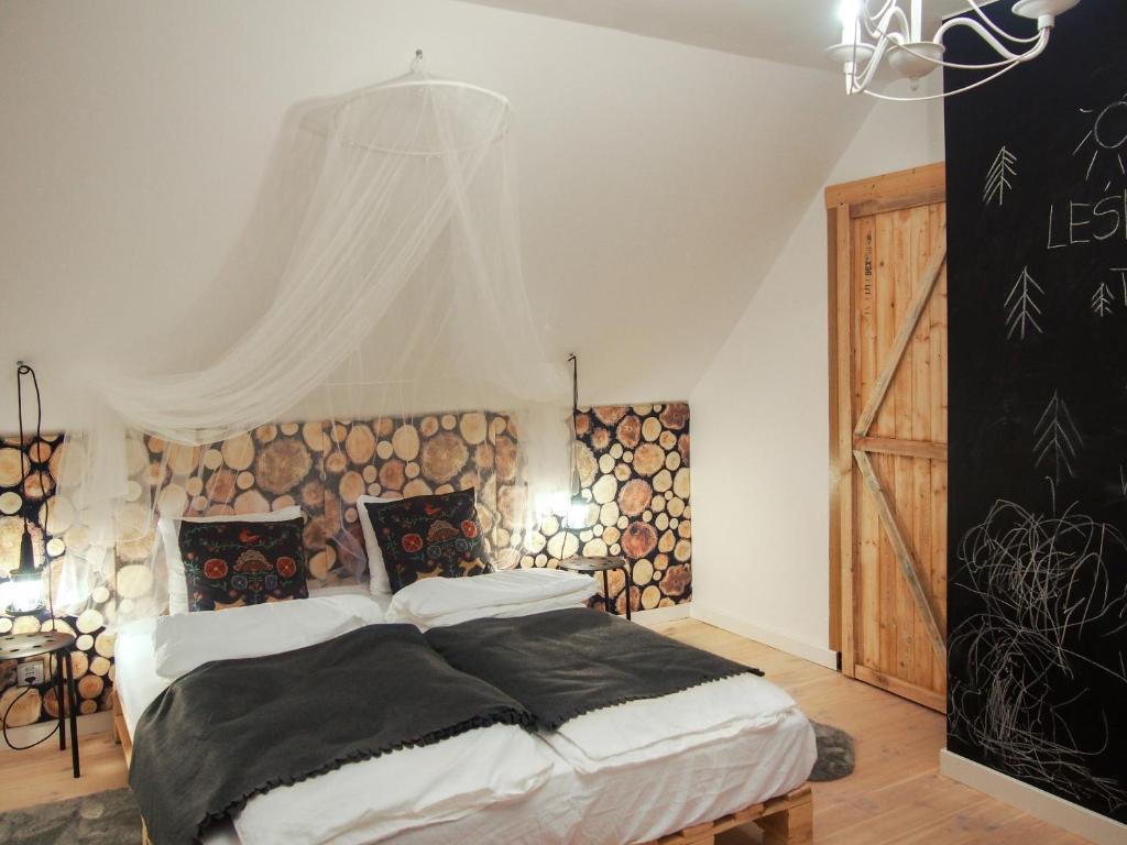 Łóżko lub łóżka w pokoju w obiekcie Leśna Kryjówka