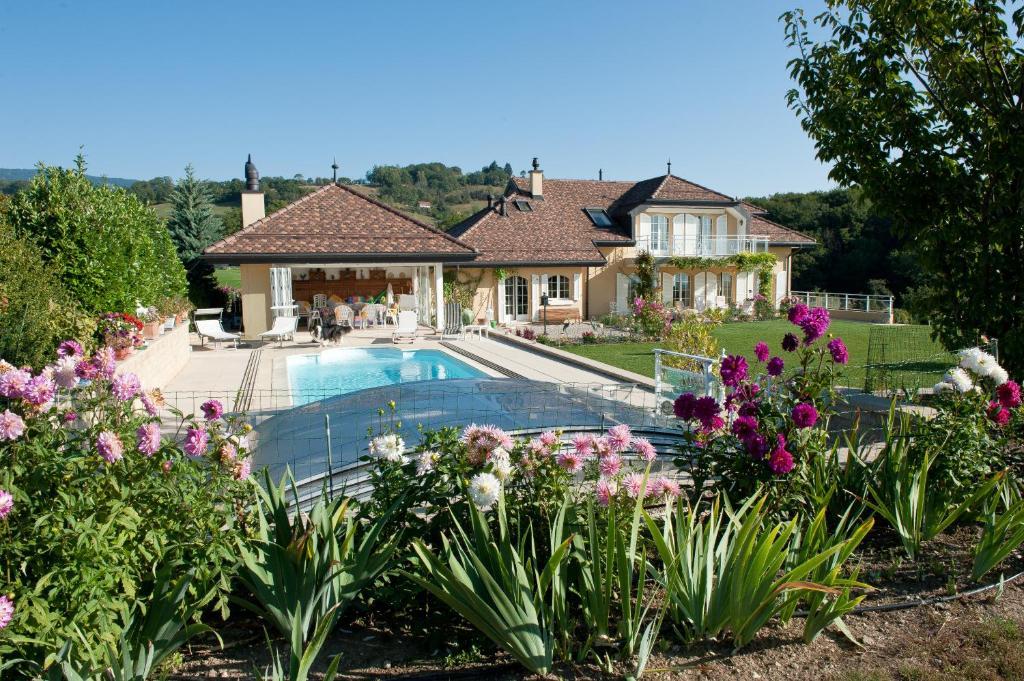 Der Swimmingpool an oder in der Nähe von Le Lierre B&B
