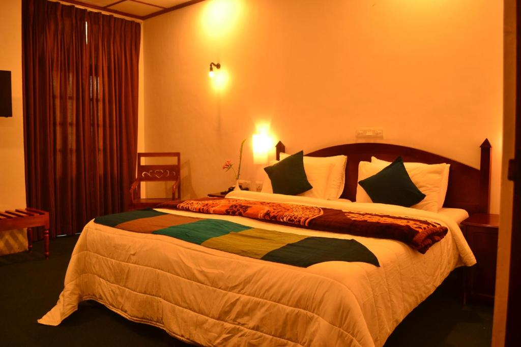 A bed or beds in a room at Hotel Silver Falls