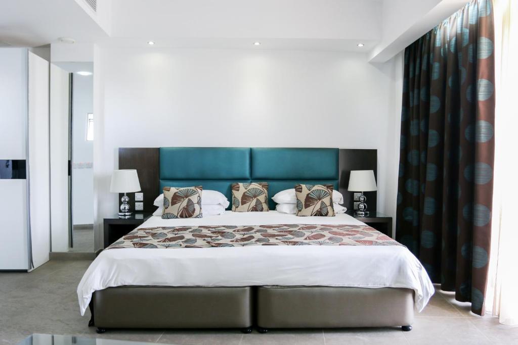 Cama ou camas em um quarto em The Seafront Tower Suites