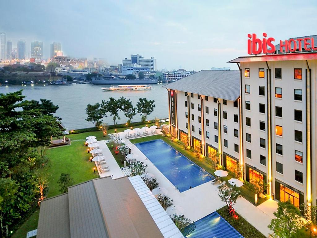 Вид на бассейн в Ibis Bangkok Riverside или окрестностях