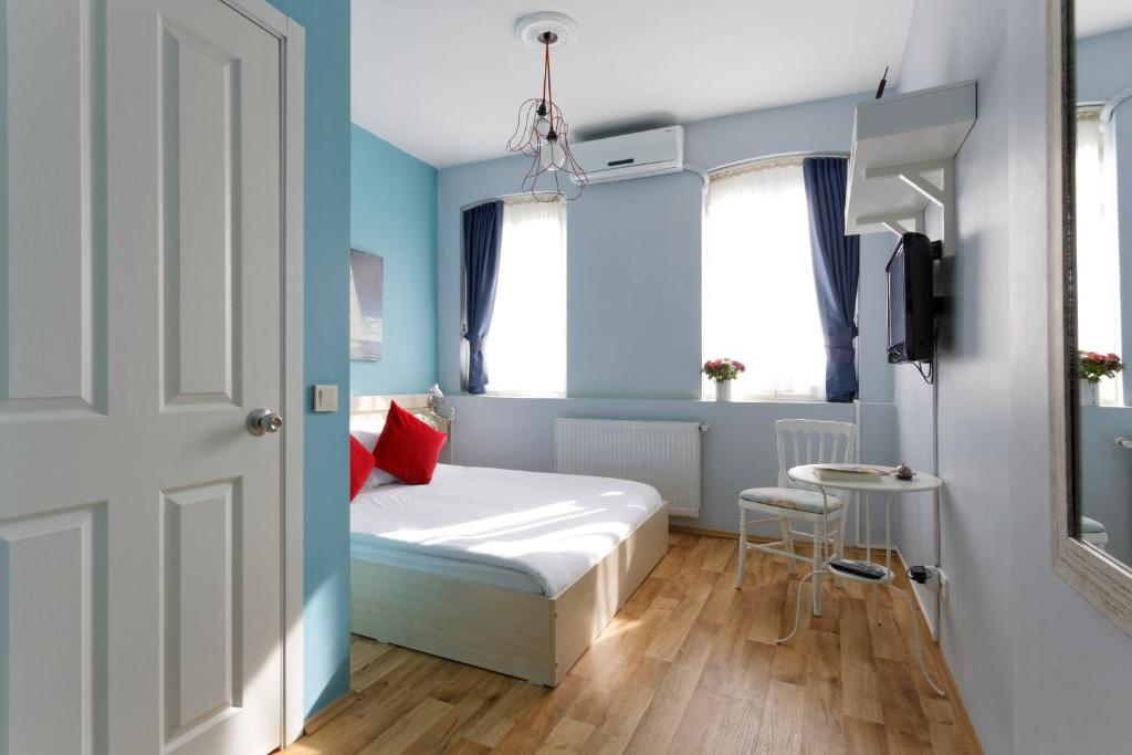 A bed or beds in a room at Cheers Porthouse