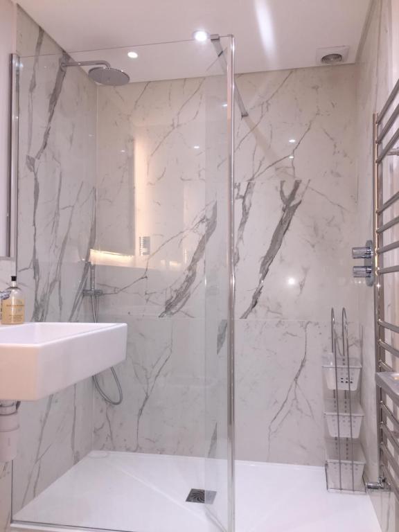 A bathroom at Lexham Gardens Lodge 5