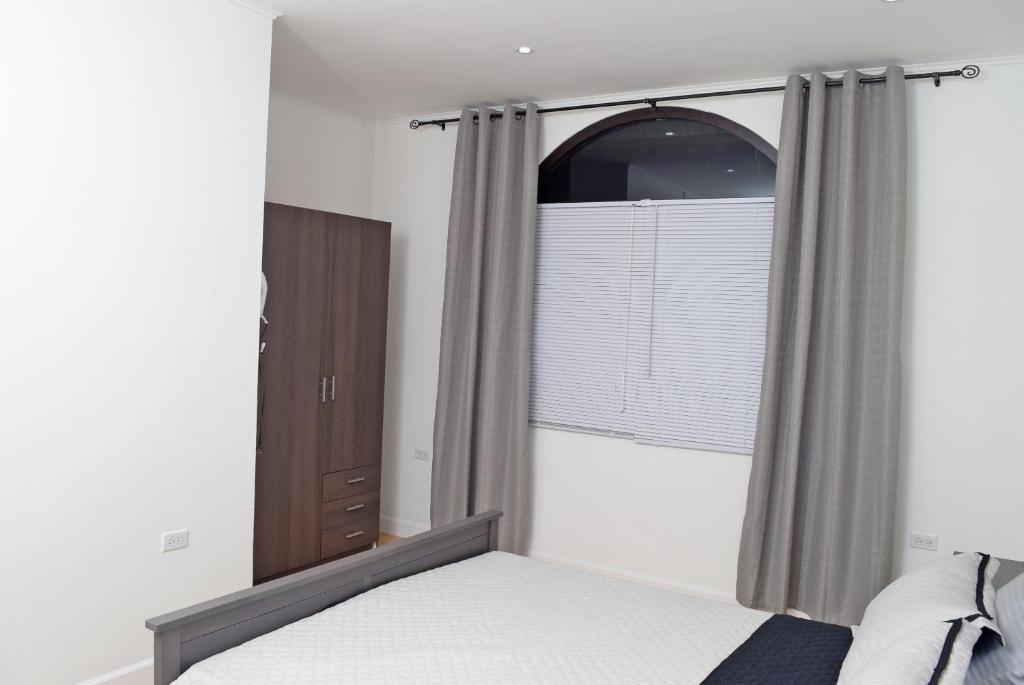 هتل Westland Properties Apartments