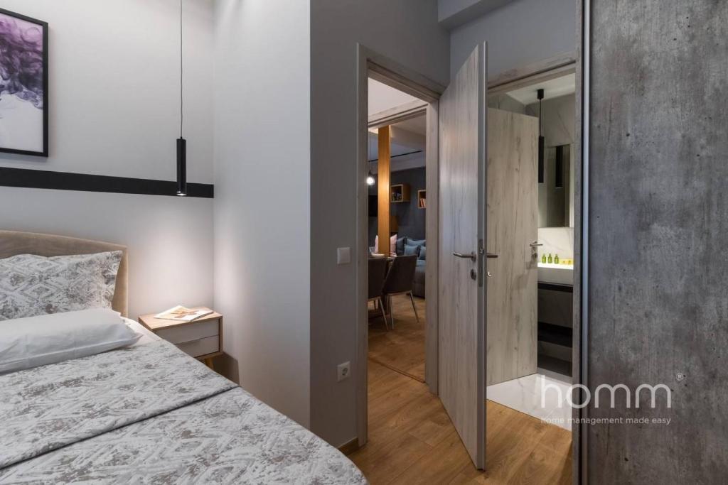 Ein Bett oder Betten in einem Zimmer der Unterkunft 101m² Renovated Apartment in Koukaki