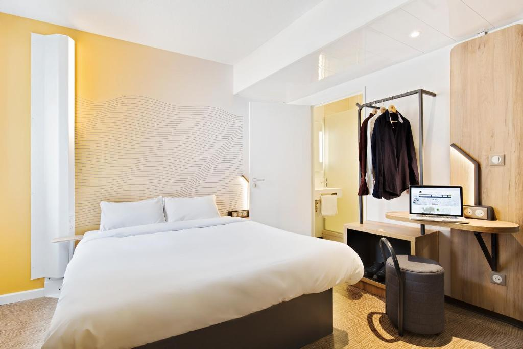 A bed or beds in a room at B&B Hôtel Bordeaux Centre Gare Saint-Jean