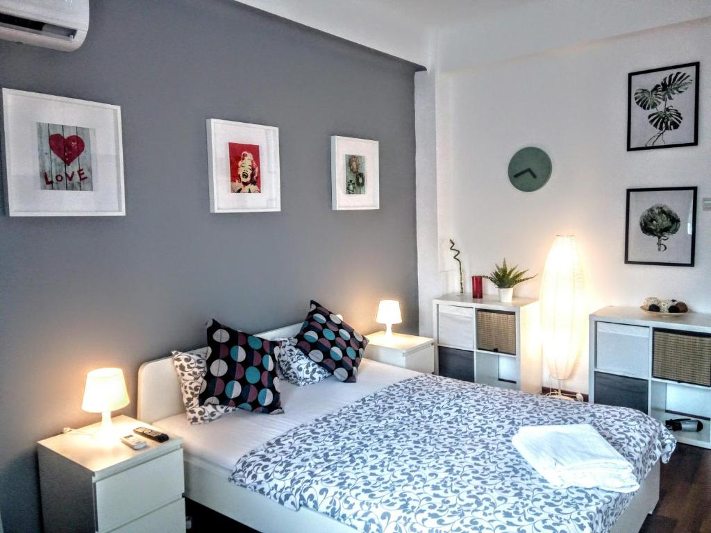 A bed or beds in a room at Central Bright Modern Studio