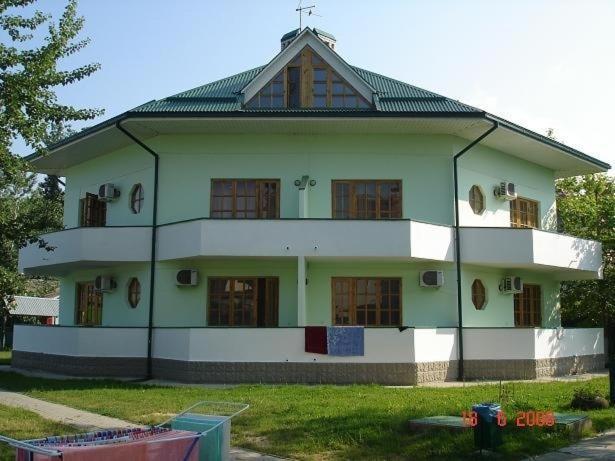 Budynek, w którym mieści się kemping