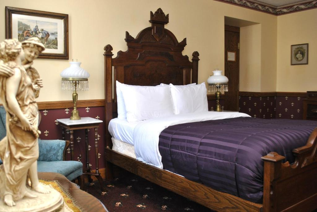 A bed or beds in a room at Hotel Millersburg