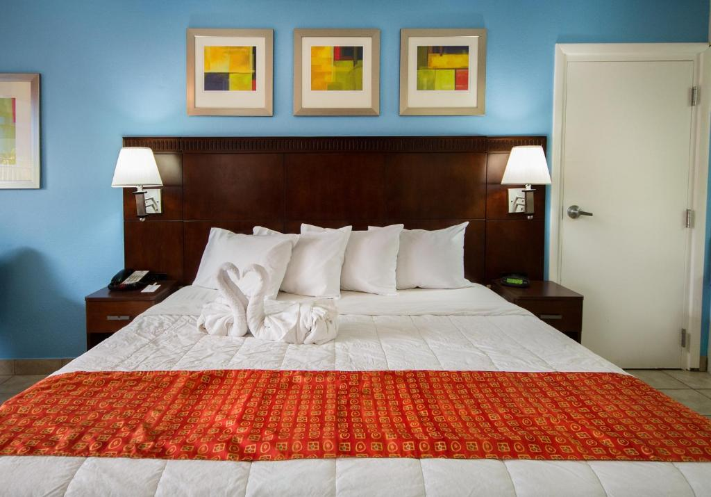 A bed or beds in a room at Flamingo Express Hotel