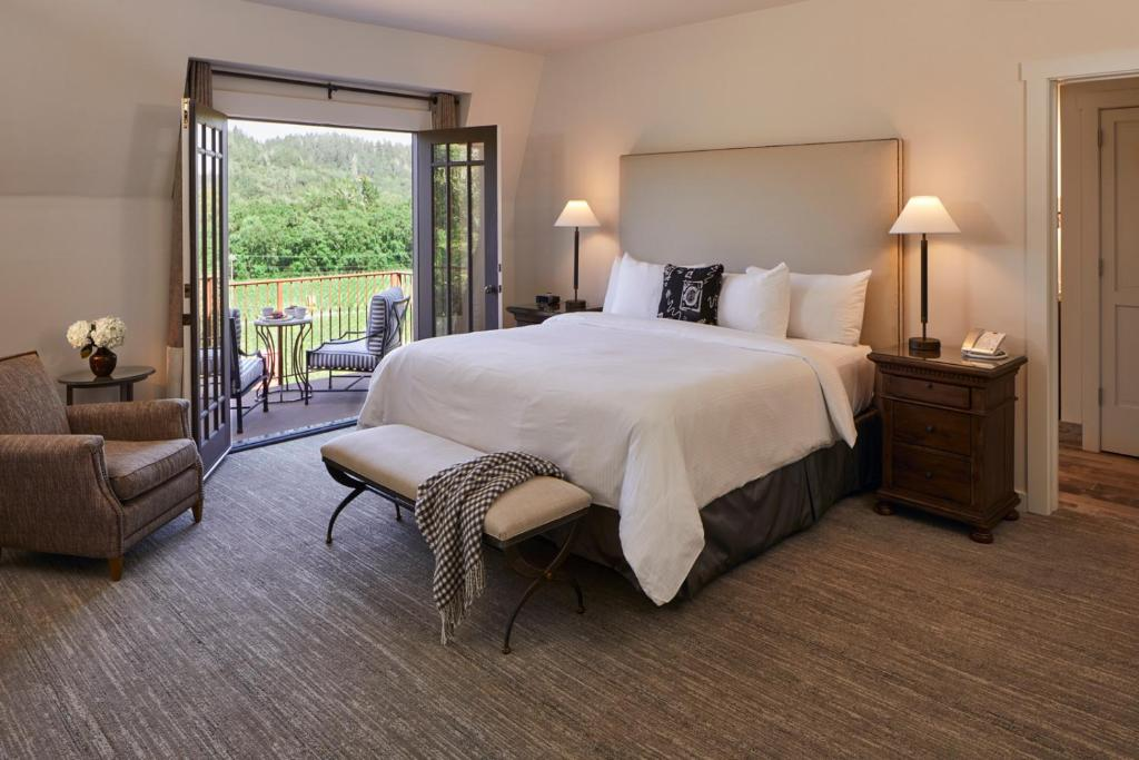 A bed or beds in a room at Wine Country Inn Napa Valley