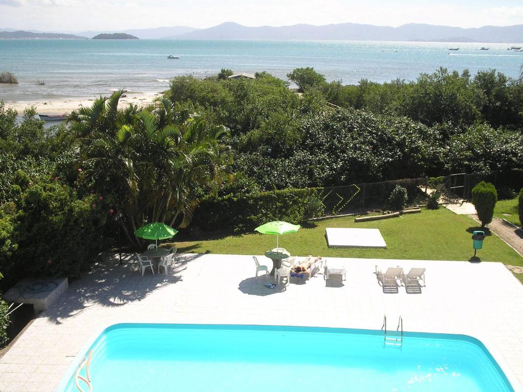 Vista de la piscina de Residencial Costa Esmeralda o alrededores