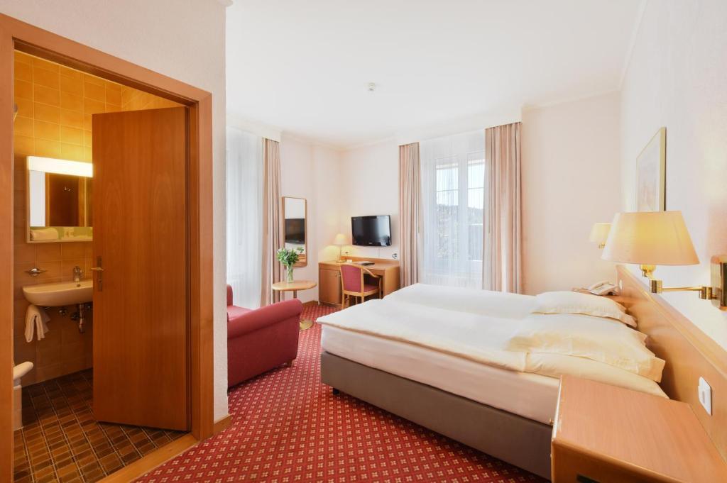 سرير أو أسرّة في غرفة في إيليت