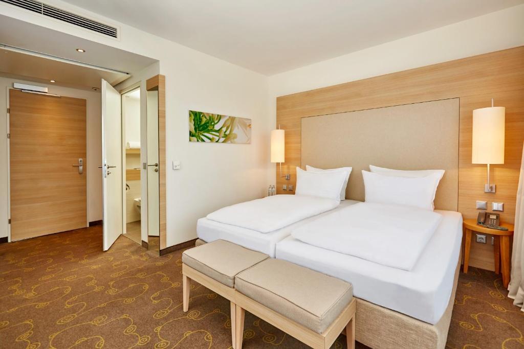 سرير أو أسرّة في غرفة في فندق إتش+ سالزبورغ
