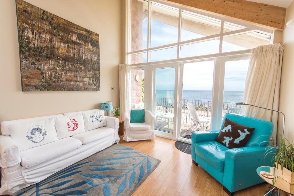 A seating area at Executive Beach Apartments