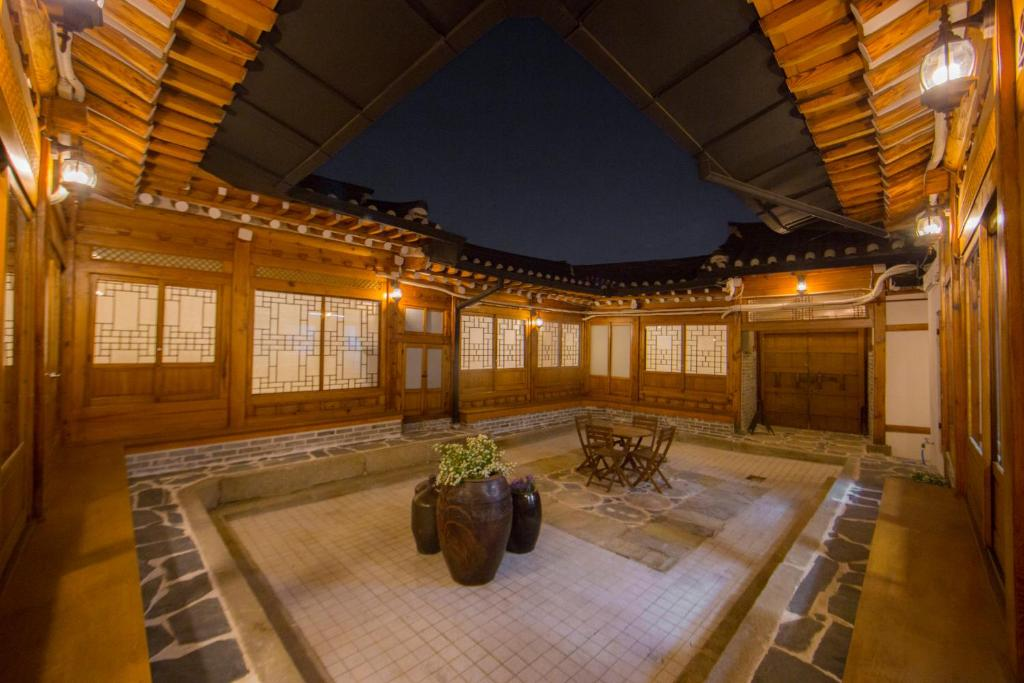 A restaurant or other place to eat at STAY256 Hanok Guest house