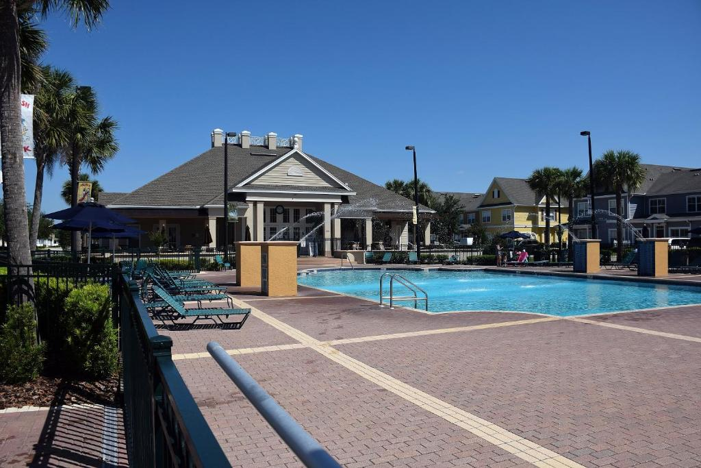 The swimming pool at or close to Tropical Dream - Townhouse 3 Bedrooms Near Disney