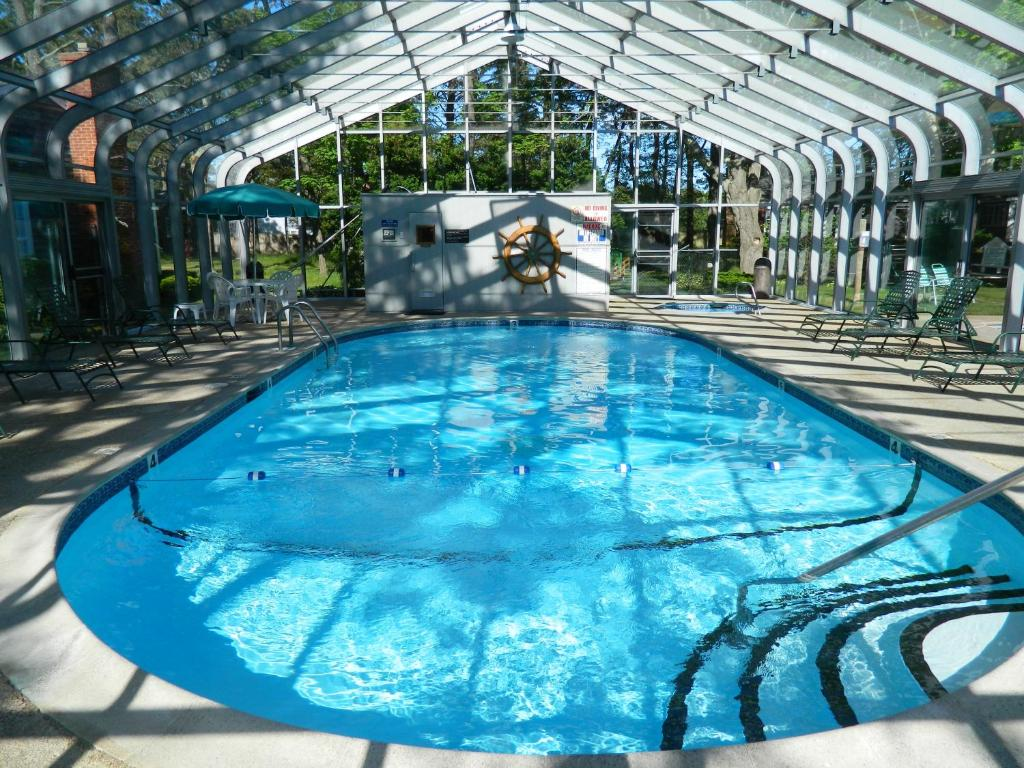 The swimming pool at or near Colonial Village Motel and Cottages