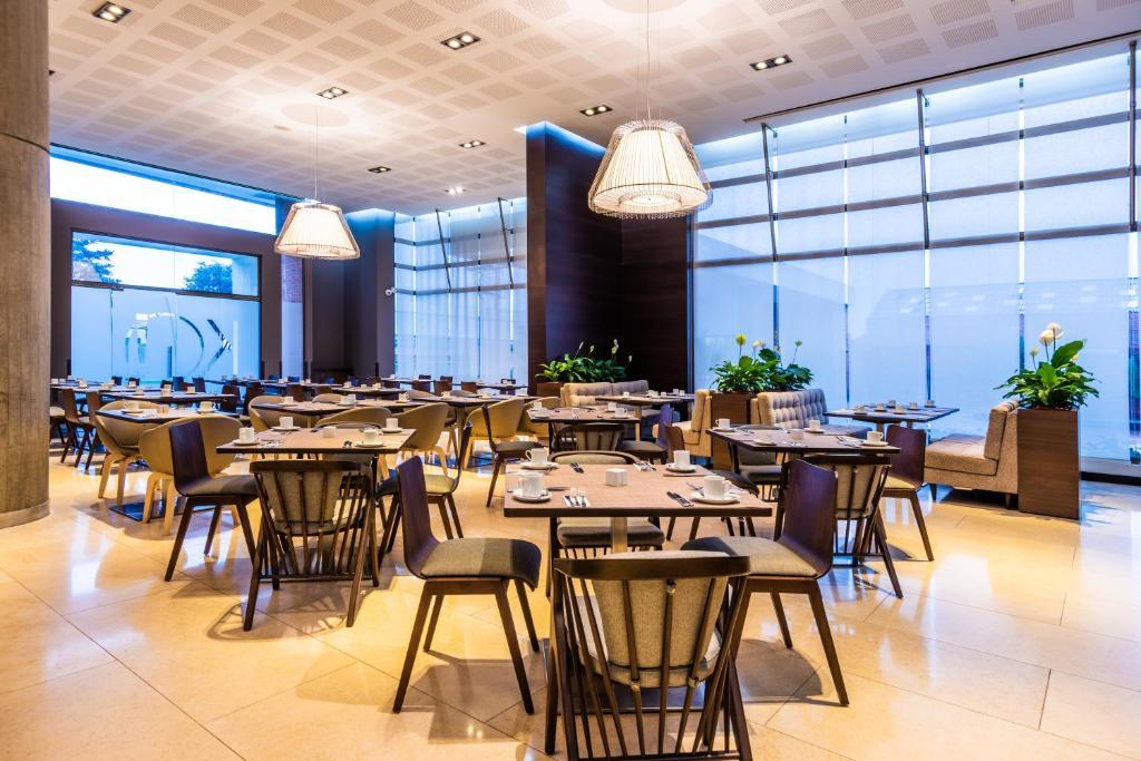 Un restaurante o sitio para comer en Radisson AR Bogota