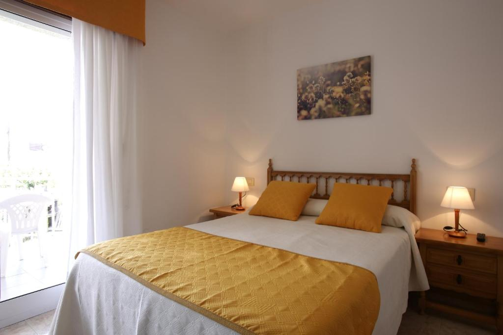 A bed or beds in a room at Hostal San Roque
