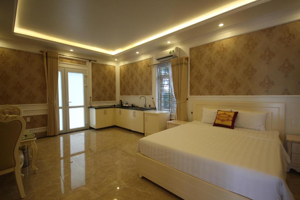 سرير أو أسرّة في غرفة في Ánh Dương Hotel