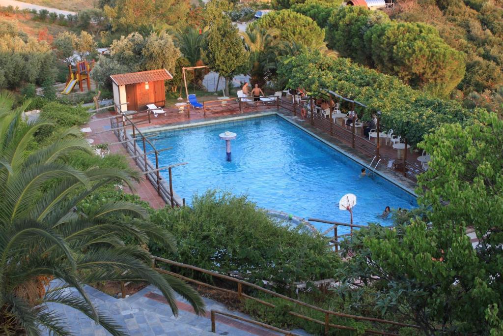 Θέα της πισίνας από το Ξενοδοχείο Αθόραμα ή από εκεί κοντά