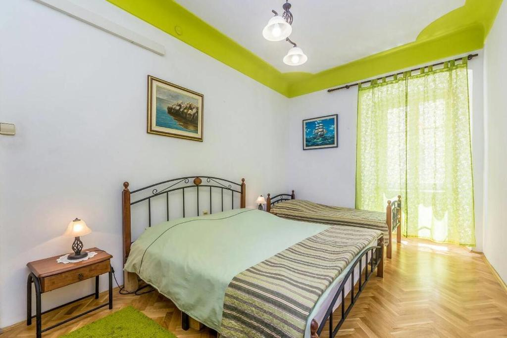 A bed or beds in a room at Apartments by the sea Rijeka - 15592