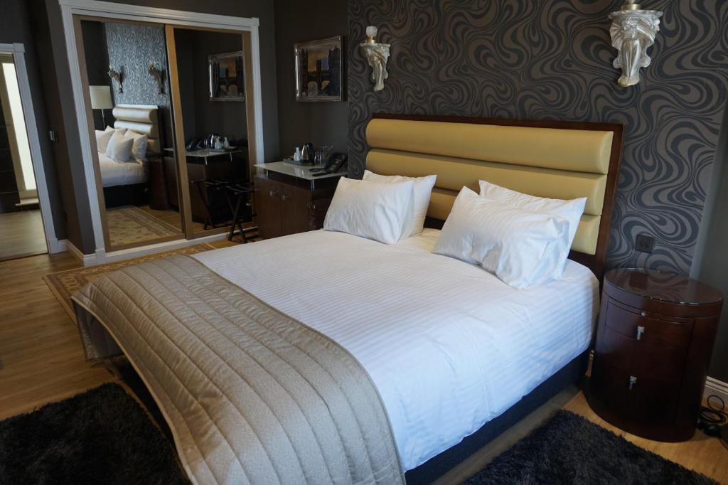 A bed or beds in a room at Halvard Hotel