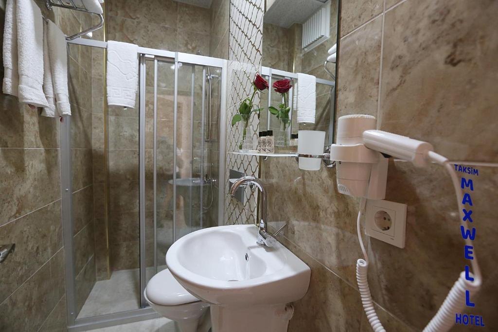 Ванная комната в Maxwell Hotel