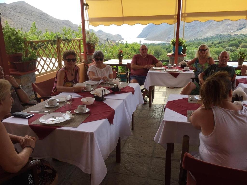 Taxiarchis tesisinde bir restoran veya yemek mekanı