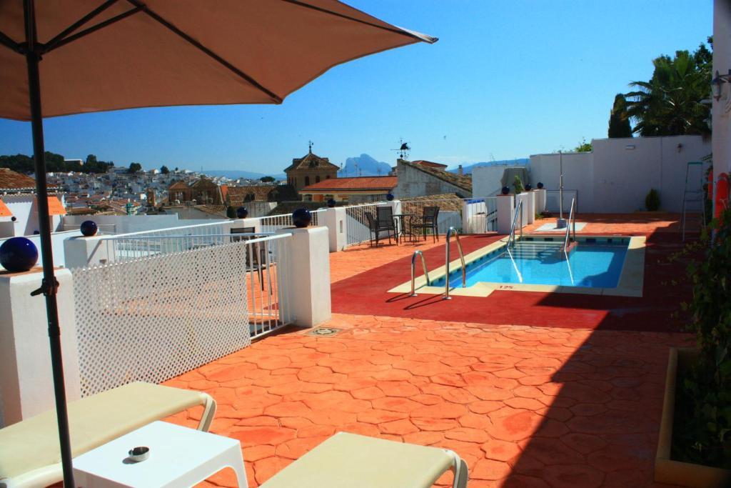 בריכת השחייה שנמצאת ב-Hotel Infante Antequera או באזור
